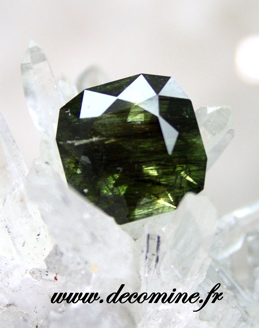 peridot inclusion rutile taille coussin 6.51 carats