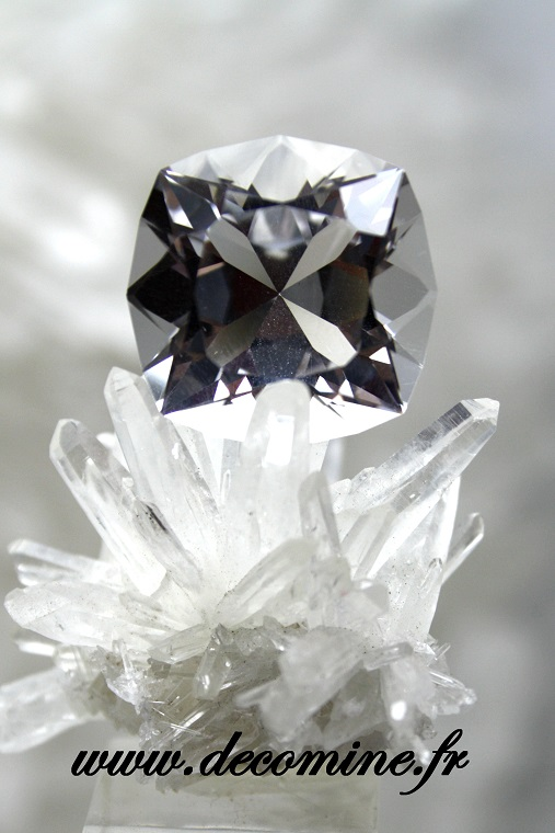 quartz taille brillant carre 28.81 carats