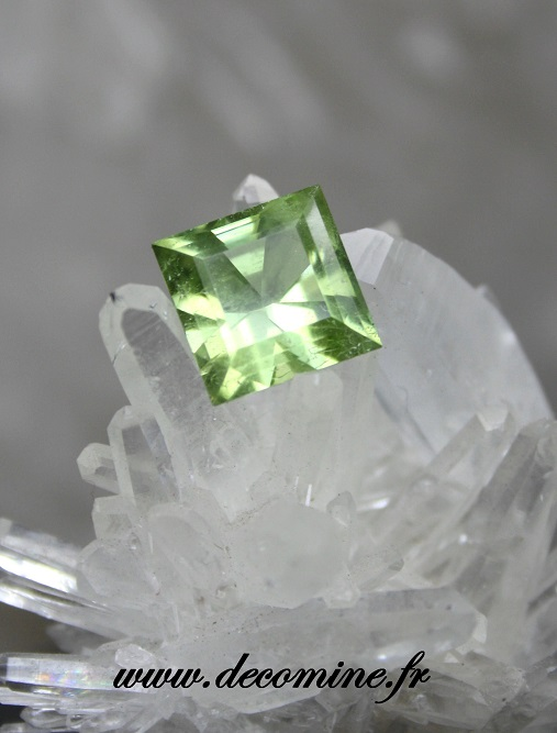peridot taille bright square 4.43 carats