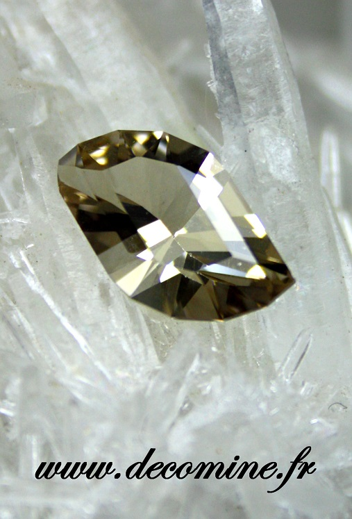 quartz fume naturel taille leaf in the wind 3.76 carats